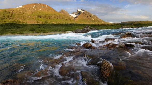 Обои Горные реки огибают множество порогов, спускаясь с гор, вдали возвышаются горные вершины