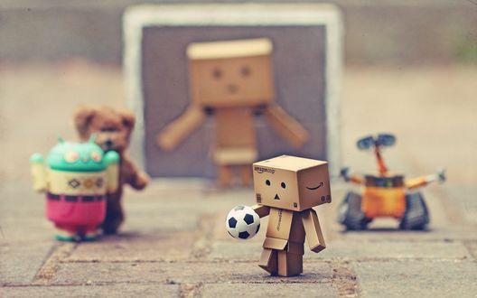 Обои Коробочки Danbo играют в футбол с другими мультяшными героями