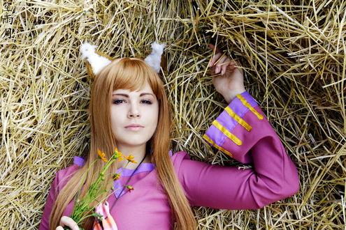 Обои Хоро / Horo из аниме Волчица и Пряности / Spice and Wolf с цветами в руке лежит на сеновале, cosplay / косплей (Kuametsuki)
