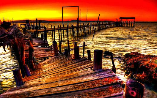 Обои Заброшенный, покосившийся  деревянный причал  на озере на фоне ярко-красного заката