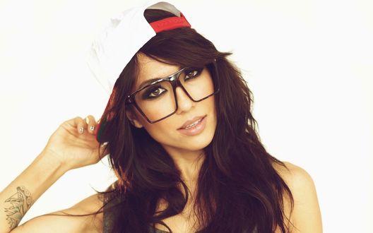 Обои Американская модель и диджей Эли Лейс / Alie Layus в белой кепке и больших очках