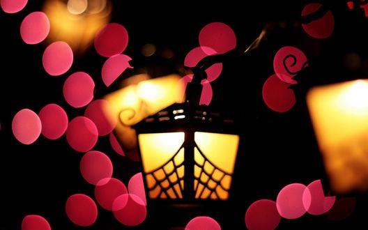 Обои Ночные фонарики среди розовых бликов