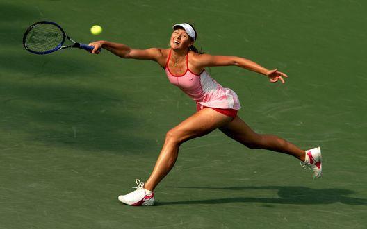 Обои Мария Шарапова – легенда отечественного тенниса, запечатлена в интересной позе, пытаясь отбить мяч