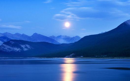 Обои Восход луны над водохранилищем среди гор