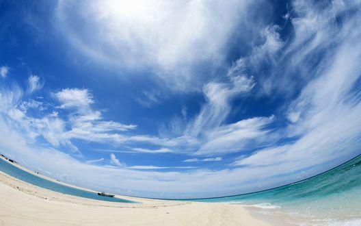 Обои Голубое небо над лодкой в море