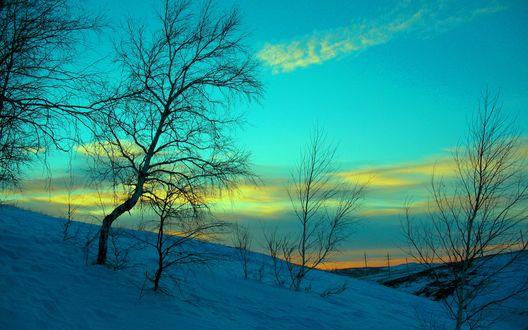 Обои Холмы покрытые снегом, голубое небо с желтыми облаками на закате