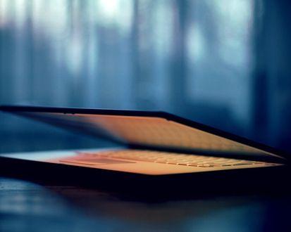 Обои Ноутбук на столе