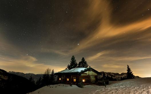 Обои Дом в пустрыной местности, небо пропитано закатной дымкой