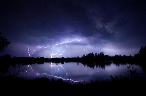 Обои Молнии в ночном небе над озером и лесом