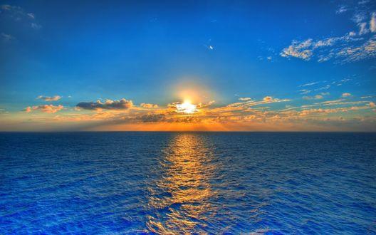 Обои Голубое море, облако закрыло заходящее солнце
