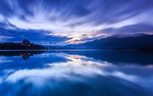 Обои Синее вечернее небо отражается в речной глади