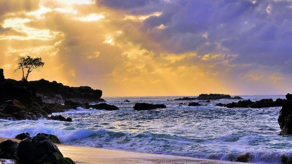 Обои Глубокие синие тени, вечер, пожелтевшие светлые тона еще полыхают в небе и отражаются в море