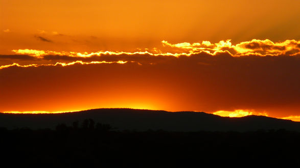 Обои Солнце окрашивает небо в оранжевый цвет на закате
