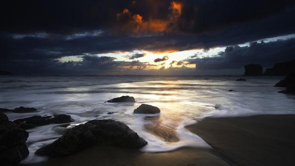 Обои Черные грозовые облака над морем