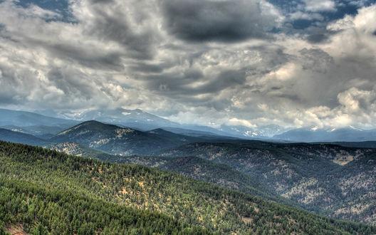 Обои Горы, поросшие ельником, под серым небом затянутым низкими облаками