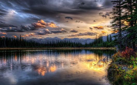 Обои Грозовые тучи над озером в горах