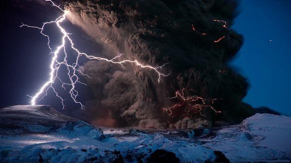 Обои Выброс пепла из кратера вулкана на фоне сверкающей молнии