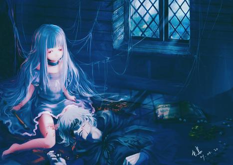 Обои Красноглазая девочка альбинос, оплетённая паутиной, забрызганная кровью, с кистью в руке сидит в тёмном чулане у окна. В ногах у неё лежит мёртвый беловолосый юноша в маске и плаще, сжимающий в руке ключ. Рядом валяется книга, крест и разорванные бусы