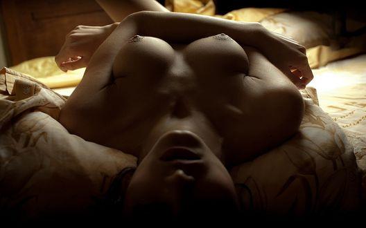 девушка голая на кровати фото