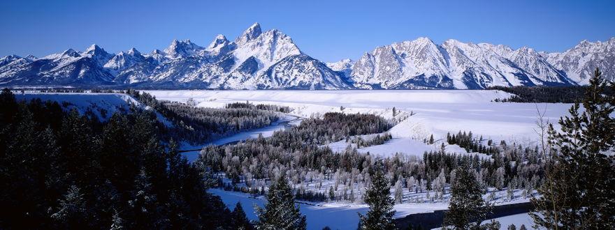 Обои Заснеженные горы леса и равнины