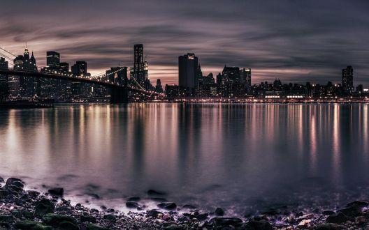 Обои Вечерняя панорама, вид на город Нью-Йорк / New York и на Бруклинский мост / Brooklyn Bridge