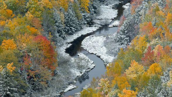 Обои Извилистая горная речка берега которой начали покрываться льдом и снегом в  период наступления поздней осени