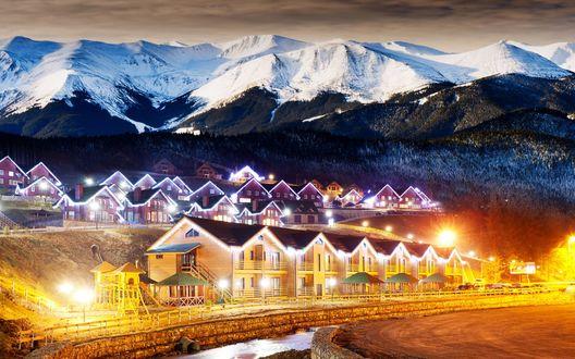 Обои Коттеджный поселок в предгорье на фоне горного хребта со снежными вершинами