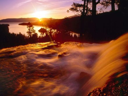 Обои Красивый водопад рядом с озером на закате