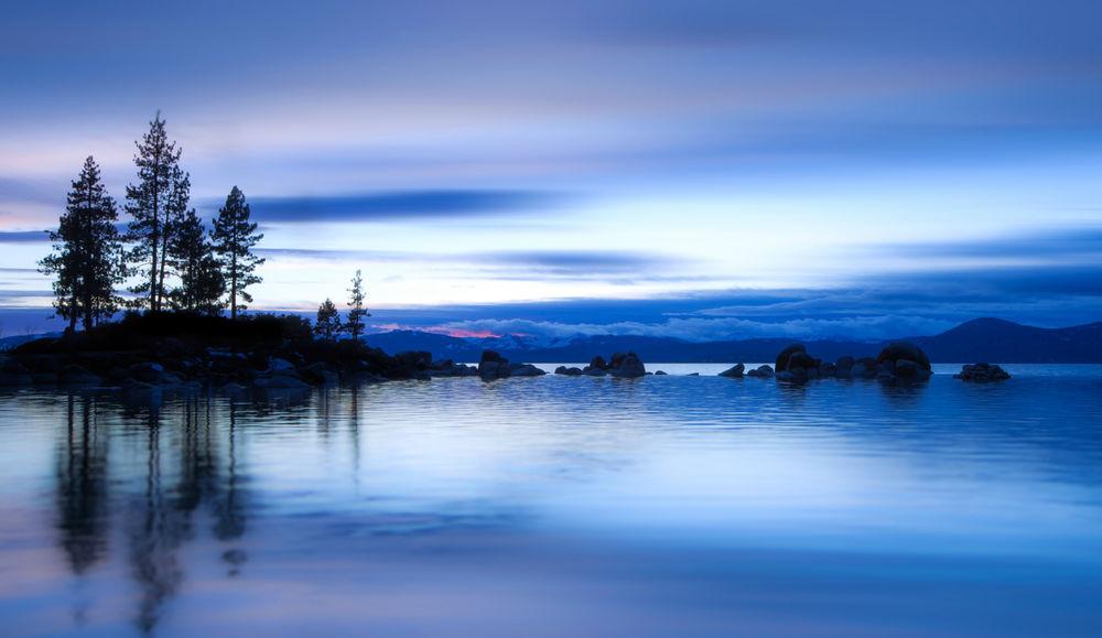 Обои для рабочего стола Горное озеро в синеве на закате дня, США / USA
