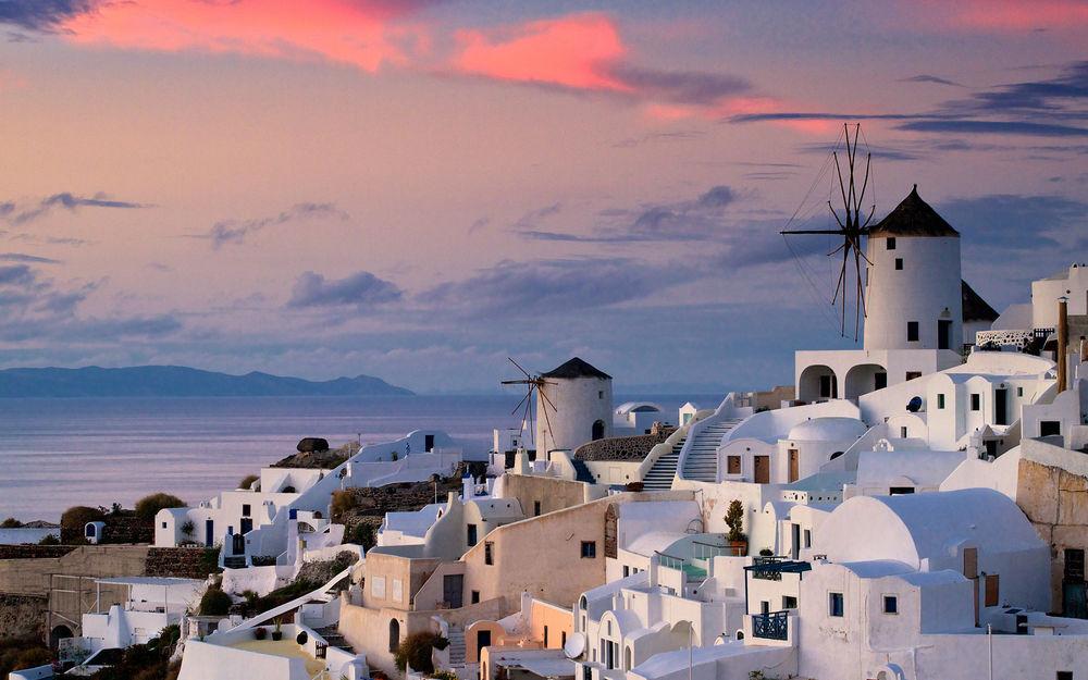 Обои для рабочего стола Греческий город на берегу моря, белые дома на склоне горы / Greece