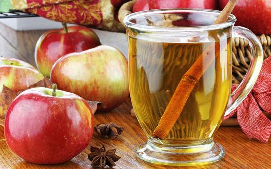 Обои Яблочный сок с палочкой корицы, рядом яблоки и звёздочки бадьяна