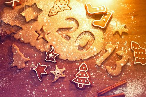 Обои Цифры наступающего Нового года (2013), а также различные новогодние фигурки,  выложенные из печенья на коричневом фоне