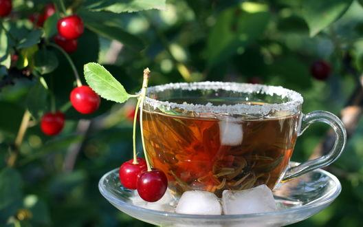 Обои Чашка чая с кубиками льда и ягодками вишни с  зелеными листочками