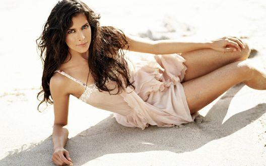 Обои Актриса Patricia Velasquez / Патрисия Веласкез лежит на песке