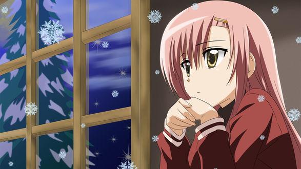 Обои Задумчивая Кацура Хинагику / Katsura Hinagiku из аниме Hayate no Gotoku! / Хаятэ, боевой дворецкий! / Hayate the Combat Butler смотрит в окно, за которым кружат снежинки и растет ель