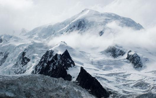 Обои Заснеженная горная вершина