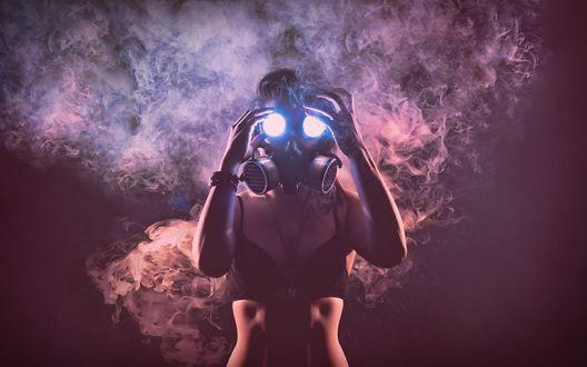 Обои Девушка в противогазе со светящимися глазницами стоит в дыму