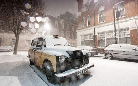 Обои Автомобили, занесенные снегом, стоящие на дороге возле дома, на фоне ночного, серого неба