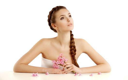 Обои Девушка в нежном образе с красивыми волосами, заплетенными в косу и розовыми цветами в руках