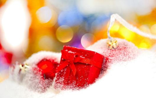 Обои Подарок и елочные шарики в искусственном снегу
