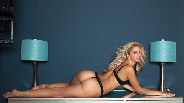 Девушка лежит на столе фото 151-40