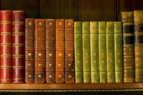 Обои Старые потертые книги на прогибающейся полке