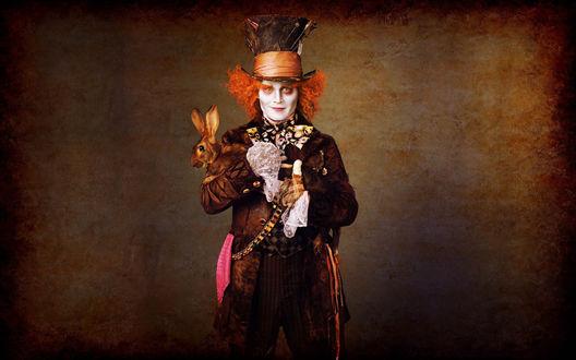 Обои Джонни Депп / Johnny Depp, играющий Шляпника в фильме Тима Бертона / Tim Burton Алиса в стране чудес / Alice in Wonderland, держит на руках кролика