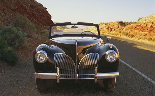 Обои Автомобиль Линкольн Континенталь / Lincoln Continental, выпуска 1941 года, на дороге