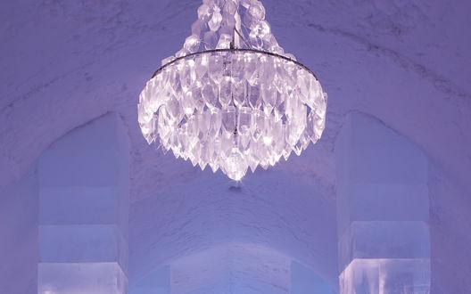 Обои Вход в ледяной отель, освещаемый оптоволоконной люстрой, деревня Юккасъярви, Швеция / Jukkasjarvi, Sweden