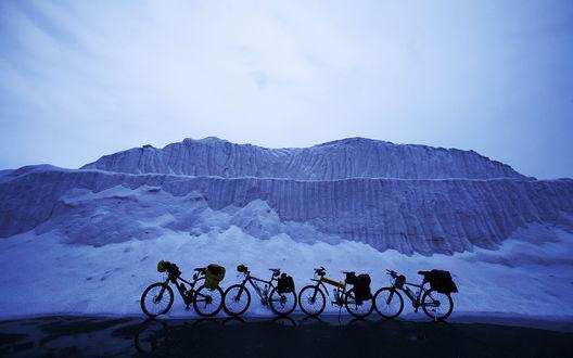 Обои Велосипеды, стоящие на фоне Соляной горы Кигу, Тайвань / Cugu, Taiwan