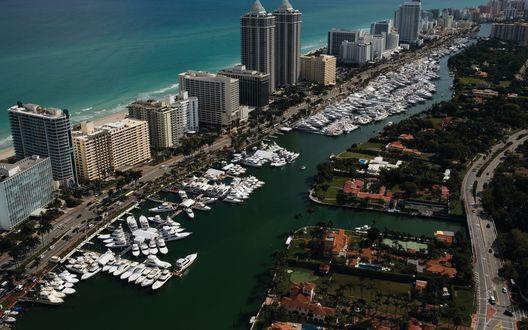 Обои Берега города Майами / Miami, высотные здания и белые яхты