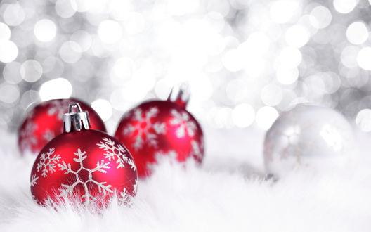 Обои Красные новогодние шары с белыми снежинками