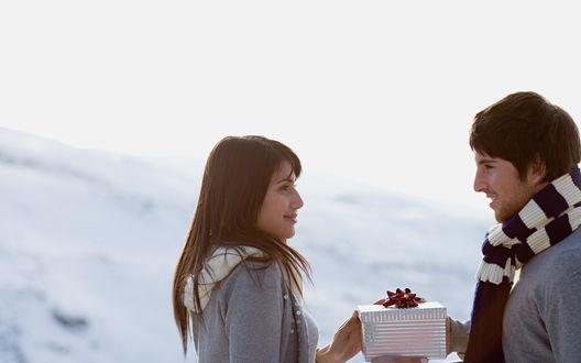 Обои Парень дарит девушке новогодний подарок