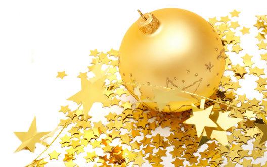 Обои Золотистый ёлочный шарик в россыпи золотых звездочек